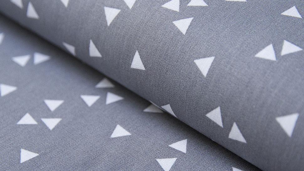 Tissu coton gris avec triangles blancs : Triangle - 150cm dans la mercerie Makerist - Image 1