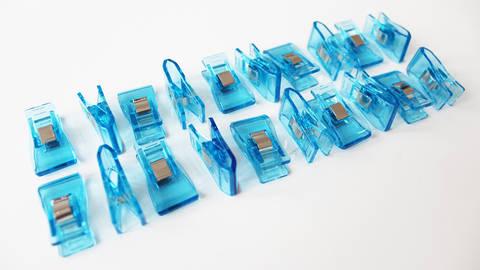 Pinces taille moyenne bleues - 20 unit. dans la mercerie Makerist