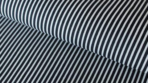 Navy-weiß bedruckter Baumwollstoff: Stripes - 150 cm im Makerist Materialshop