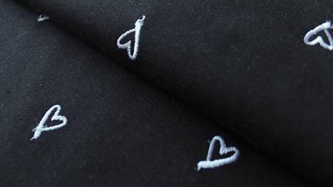 Schwarzer Baumwolljersey Embroidery: French Terry Heart - 160 cm  im Makerist Materialshop
