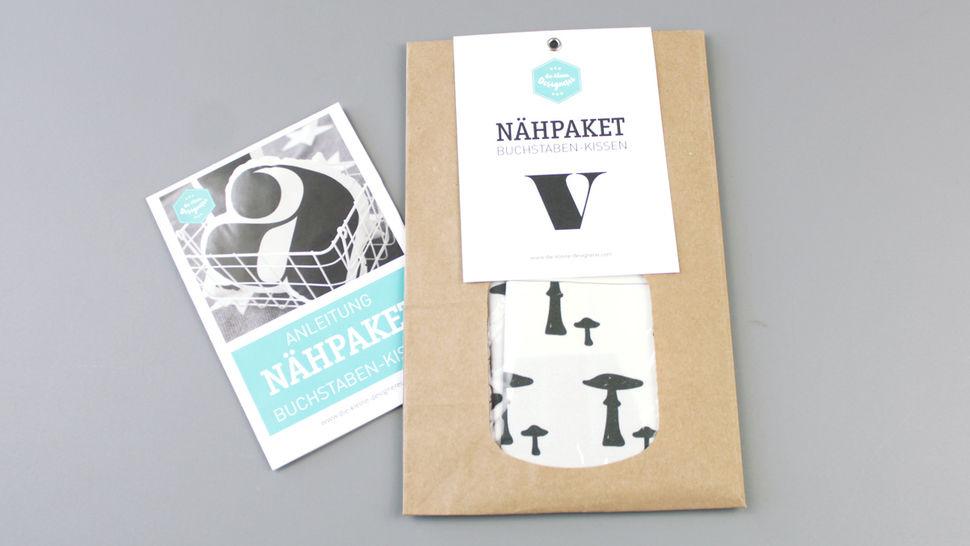 Dekokissen: Buchstabe mit Pilze-Muster - v im Makerist Materialshop - Bild 1