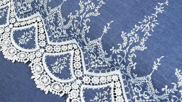 Jeansstoff hellblau: Stickerei - 145 cm im Makerist Materialshop - Bild 1