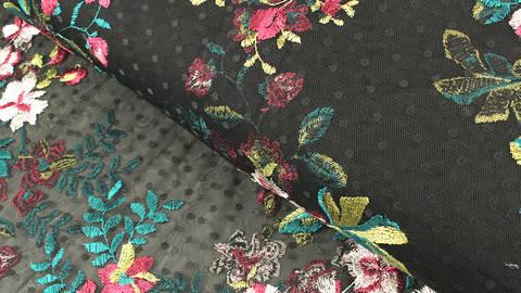 Weicher Nylon-Tüll schwarz: Blumenstickerei Orchideen - 150 cm im Makerist Materialshop