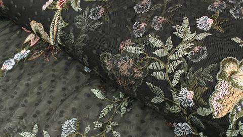 Weicher Nylon-Tüll schwarz: Blumenrankenstickerei - 150 cm im Makerist Materialshop
