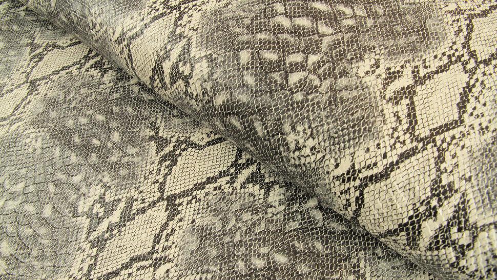 Kunstleder grau: Schlangen-Look - 137 cm im Makerist Materialshop - Bild 1