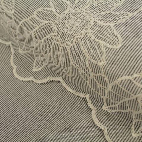 Baumwollstoff bestickt schwarz-weiß: Blumenstickerei - 136 cm im Makerist Materialshop