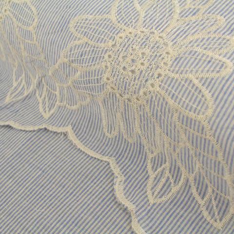 Baumwollstoff bestickt blau-weiß: Blumenstickerei - 136 cm im Makerist Materialshop