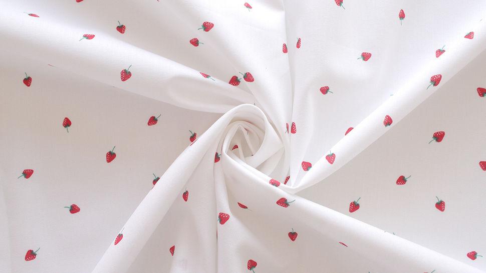 Baumwollstoff weiß: Kleine Erdbeeren - 145 cm im Makerist Materialshop - Bild 4