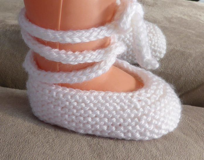 Baby ballet shoes in 8ply yarn - knitting pattern - Anna