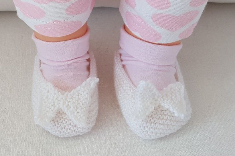 Garter stitch baby shoes with knitted butterfly - Bella