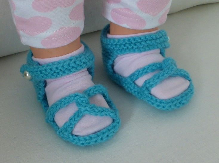 Baby sandals with linked toe straps in 8ply yarn - Linda