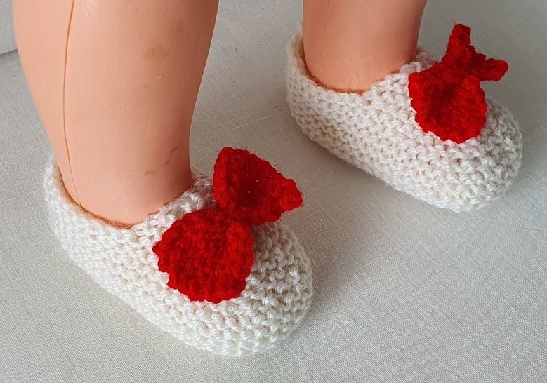 Baby shoes in 8ply with a contrasting bow - Gina