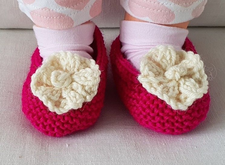 Baby shoes with a knitted flower - knitting pattern - Fiona