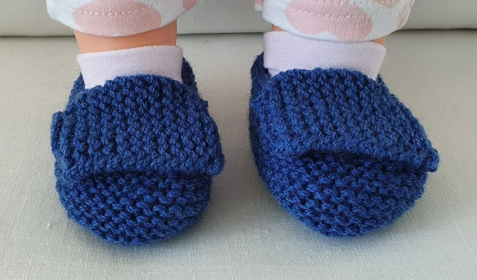 Baby shoes in garter stitch with a wide foot strap - Amelia