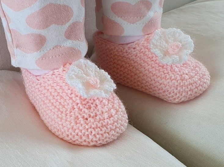 Baby shoes with a knitted flower, in 4ply - Angelica