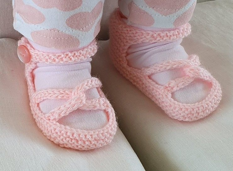 Baby sandals with linked toe straps in 4ply yarn - Cecilia