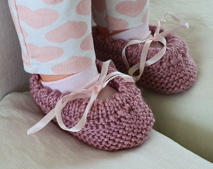 Garter stitch baby shoes with a picot edge - Lisa