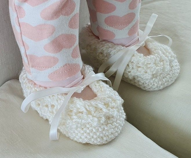 Baby shoes with lace edging - knitting pattern - Keisha
