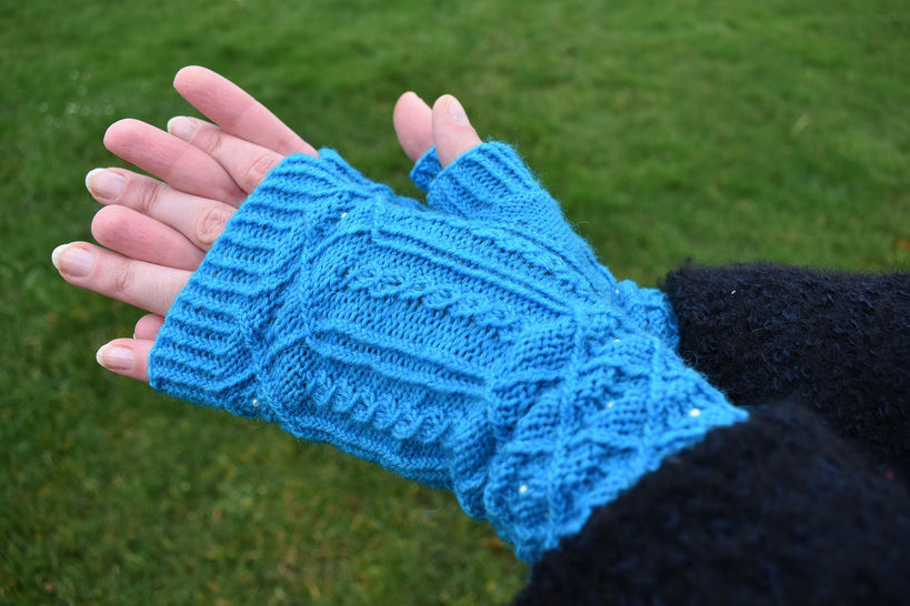 Cabled fingerless gloves pattern PDF - Beaded Arches