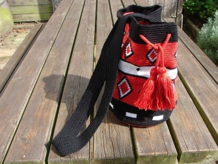 Mochila bag red black white - crochet pattern