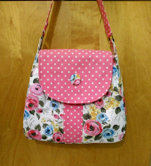 A medium size  shoulder bag with a large secret front pocket. Casual style. Detailed tutorial with loads of photos. Easy to make