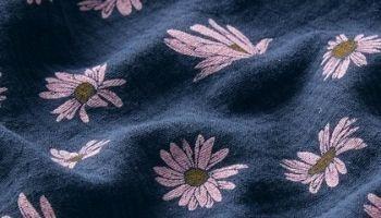 Tissu mousseline marguerites bleu clair