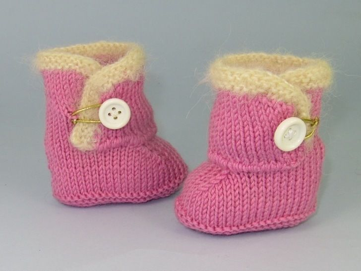 FREE Baby Fur One Button Booties knitting pattern at Makerist - Image 1