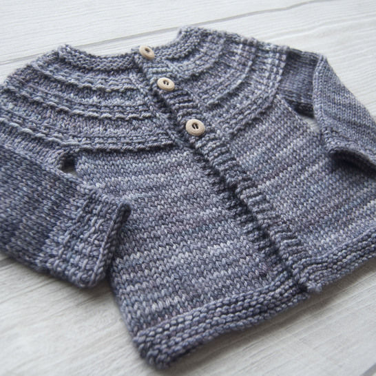 Hyphen unisex baby and child cardigan - knitting pattern at Makerist - Image 1