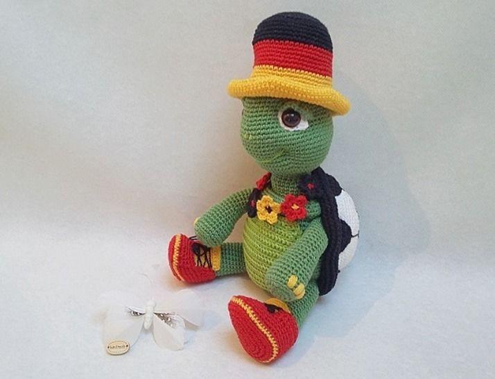 Häkelanleitung Igor der kleine Fussball Fan bei Makerist - Bild 1