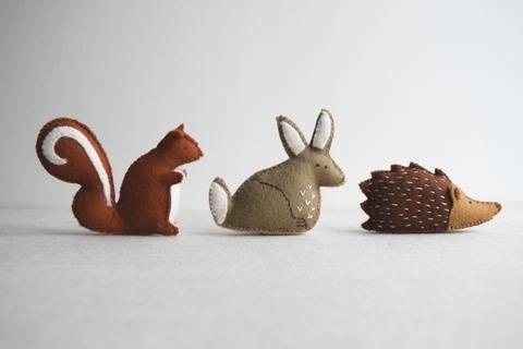 Woodland animal playset sewing pattern – DIY embroidery sewing pattern for rabbit, squirrel and hedgehog softies – soft toy tutorial at Makerist