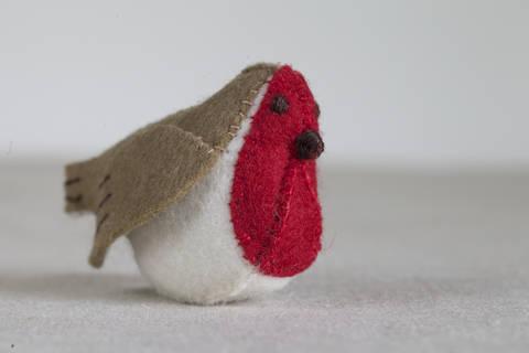 Regan the Robin Sewing Pattern – DIY embroidery sewing pattern for bird softie – Robin soft toy tutorial at Makerist