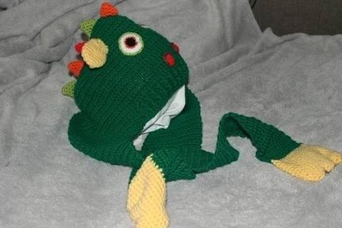 Drachenmütze mit Schal in drei verschiedenen Größen