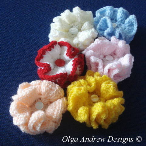 Small ruffle flower crochet pattern 018 at Makerist