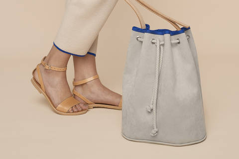 Alcantara or faux leather Bucket Bag with leather straps and piping at Makerist