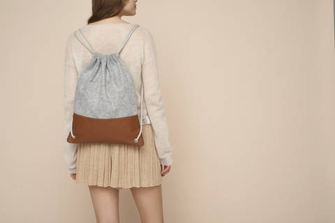 Simple leather and felt drawstring backpack at Makerist