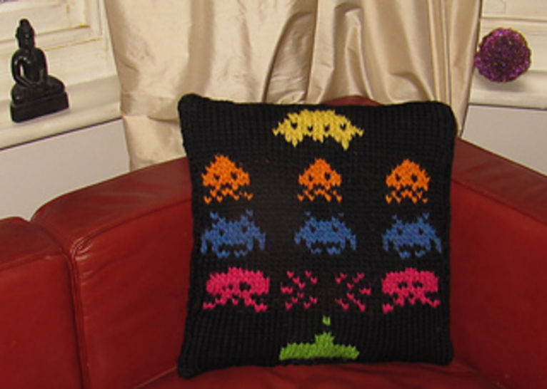 Superfast Retro Space Invaders Cushion Cover at Makerist - Image 1