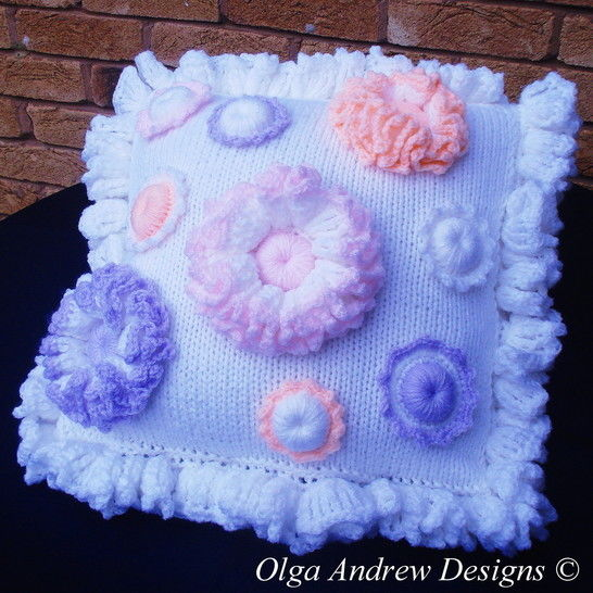 Cushion with flower appliques knit/crochet pattern 048 at Makerist - Image 1