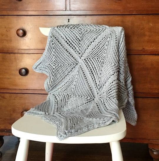 Crochet Baby Blanket Pattern (Delightful Diamonds Baby Blanket) at Makerist - Image 1