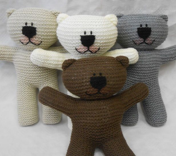Teddy Bear easy knit Pattern suitable for beginner knitters with illustrated instructions by Wooly Crew. Ideal learn to knit pattern at Makerist - Image 1