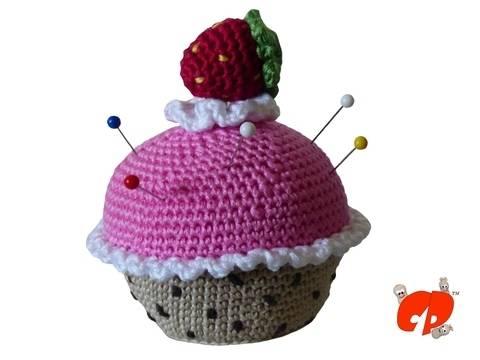 Häkelanleitung (026): Erdbeer-Muffin Nadelkissen bei Makerist
