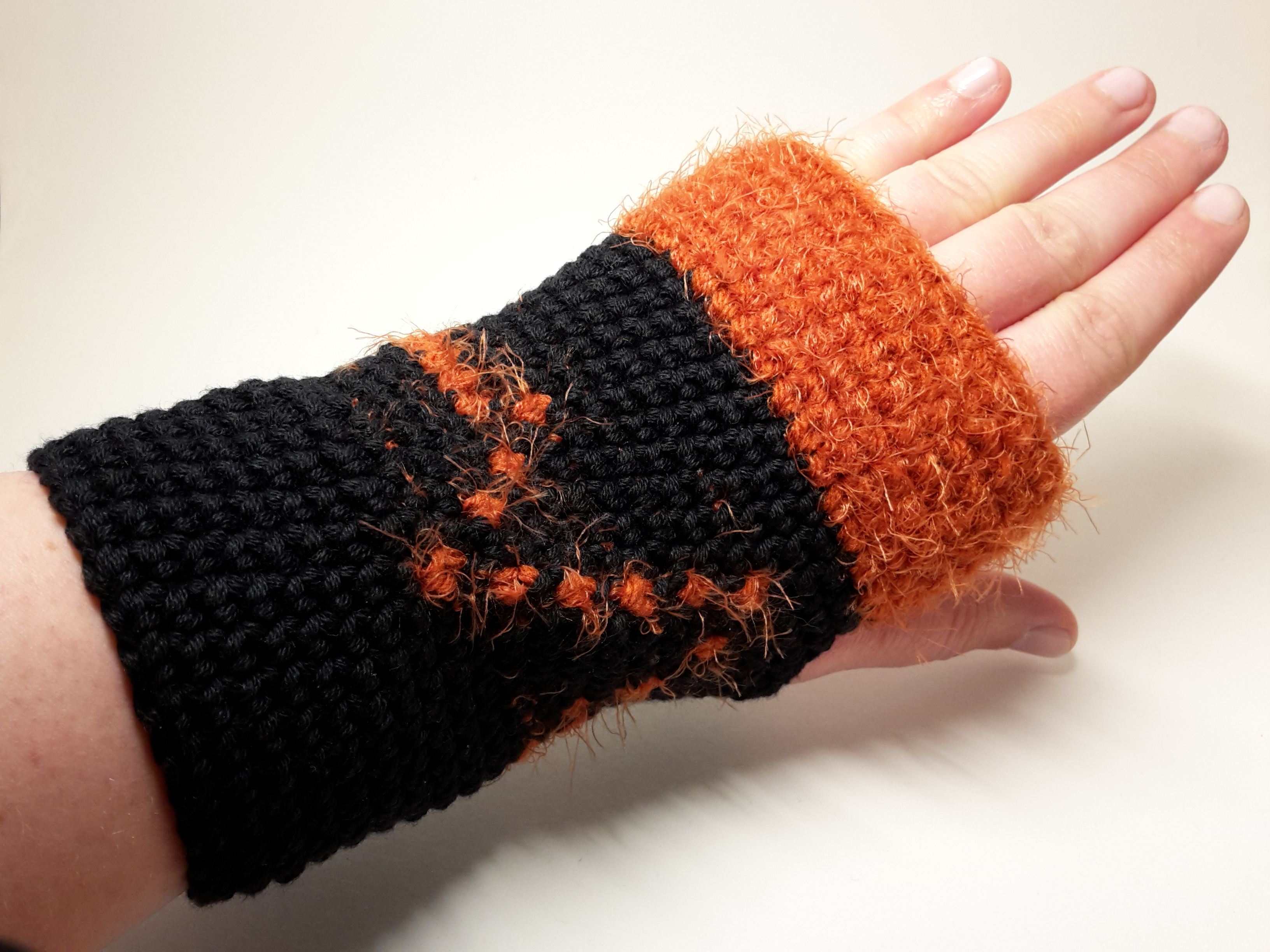 """Armstulpen """"Leben"""" im Tapestry Style – Häkelanleitung"""