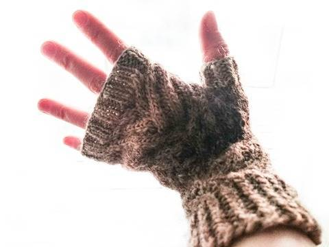 Rooted - Cabled Fingerless mittens knitting pattern tutorial at Makerist