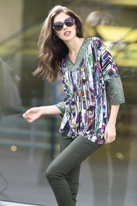 Shirt mit zartem Spitzenstoff an Ausschnitt und Ärmel
