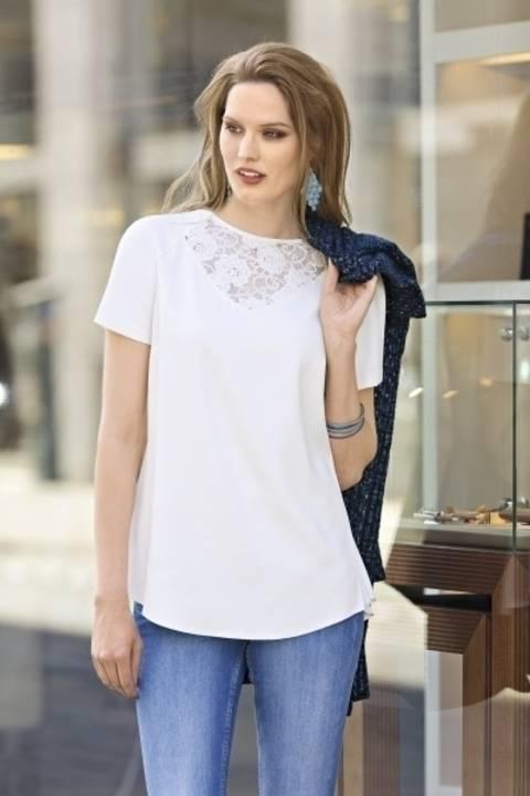 Feminines Kurzarmshirt mit eingearbeitetem Spitzenstoff