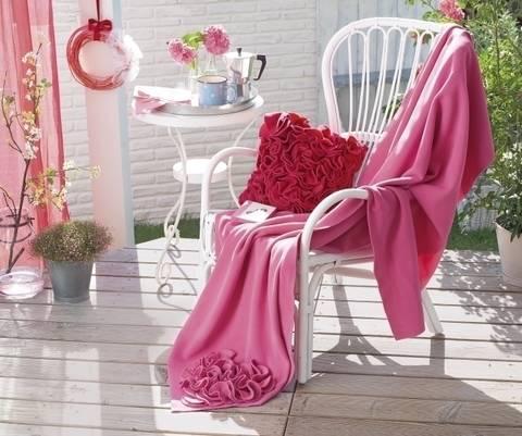 Kuschelige Decke und Kissen mit passendem Dekokranz