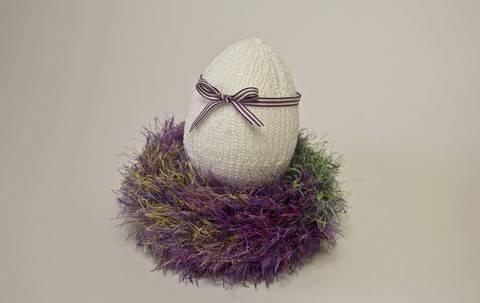 Nest mit bestricktem Ei