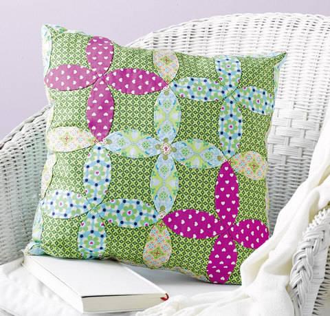 Kissen mit Blüten-Patchwork Nähanleitung mit Schnittmuster bei Makerist