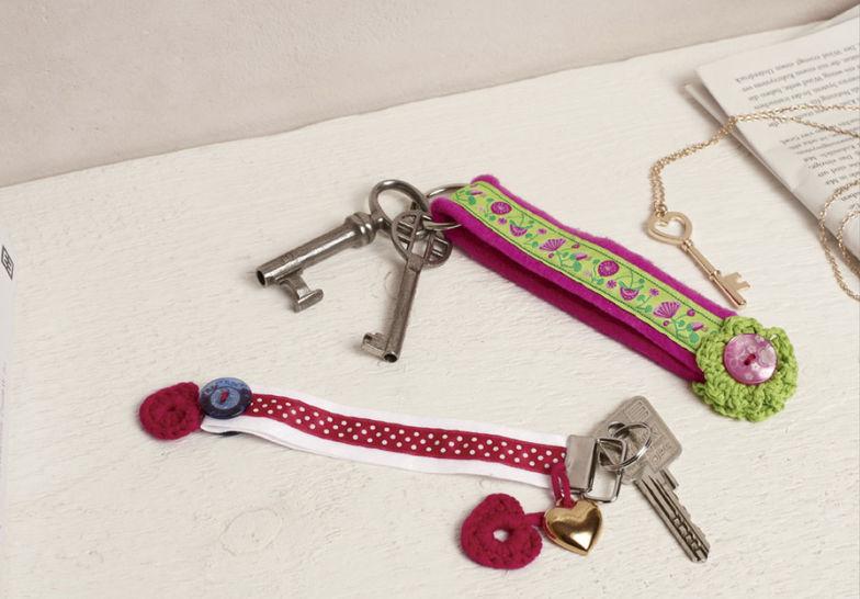 Schlüsselanhänger Only4U Häkelanleitung bei Makerist - Bild 1