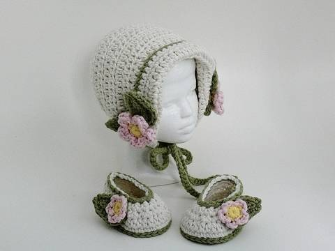 Baby Girl Bonnet and Slippers at Makerist