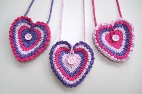 Crochet bag, Heart bag, Pattern No13, in both UK and US crochet terms at Makerist